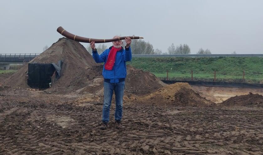 <p>Gerrit Keuper laat zien hoe de immens grote midwinterhoorn straks komt te liggen. Foto: Rob Stevens</p>