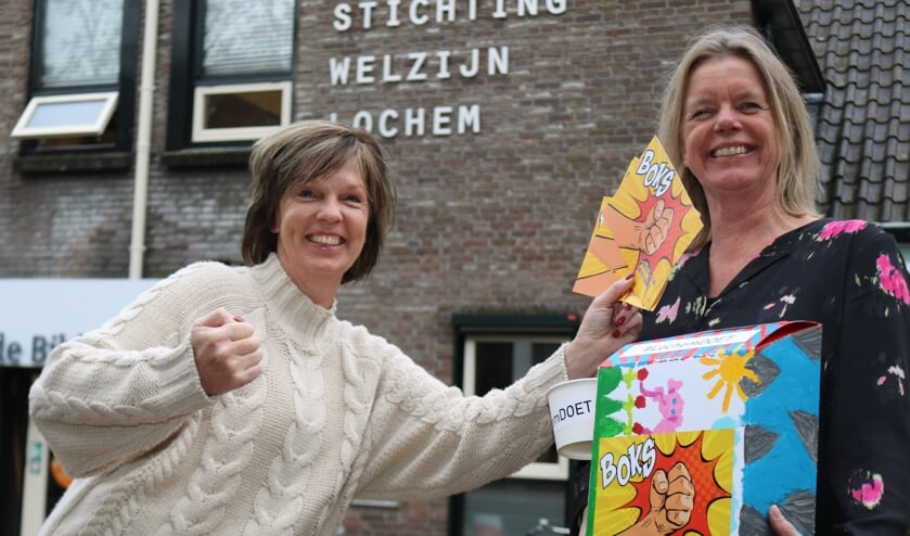 <p>Marieke Muilerman en Sonja Peters staan klaar om te boksen. Foto: Arjen Dieperink</p>
