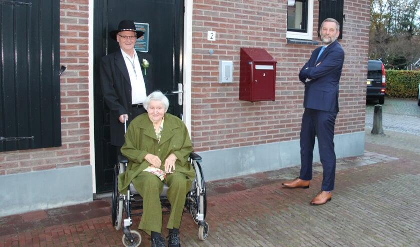 <p>Rinie en Jannie Bonnink-Fleming met burgemeester Anton Stapelkamp. Foto: Lydia ter Welle</p>