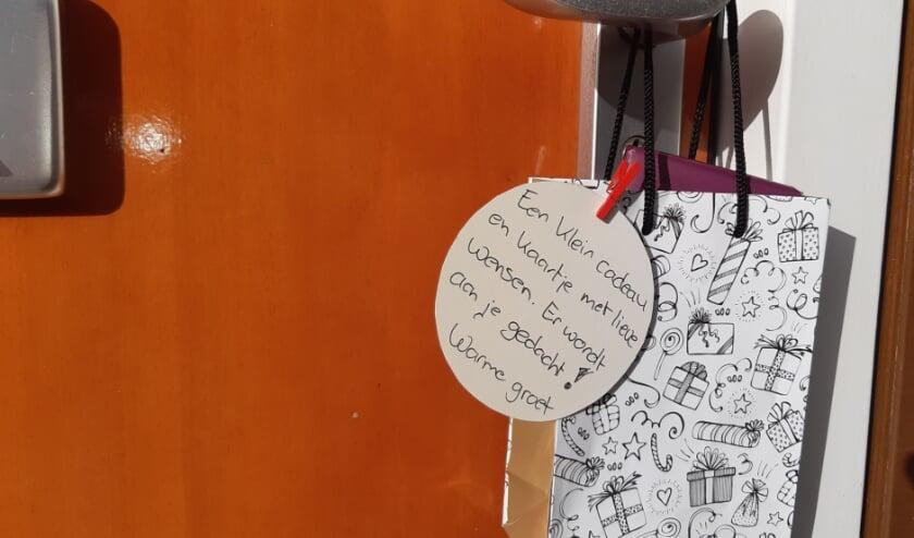 <p>Een klein cadeau de deur kan al veel licht brengen. Foto: Present Winterswijk</p>