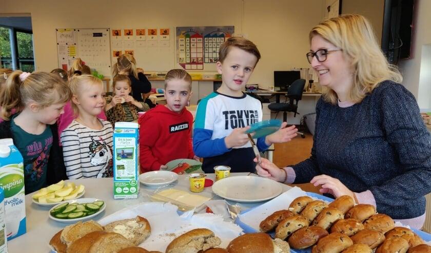 Kinderen konden genieten van een heerlijk ontbijtje. Foto: PR Julianaschool