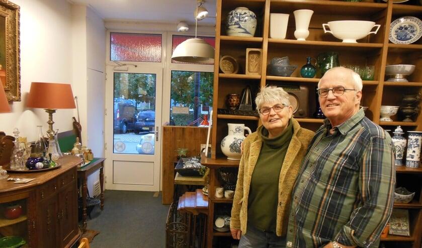 <p>Bert en Henny Ubels in hun Verzamelhuis waarvan de deur in principe weer dagelijks geopend is. &ldquo;We gaan er voorlopig mee door!&rdquo;. Foto: Eric Klop</p>