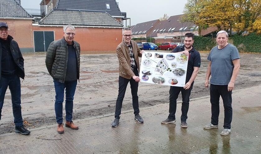 <p>De initiatiefgroep op voormalige Hema-locatie, met een tekening van het plan. Foto: Rob Weeber</p>