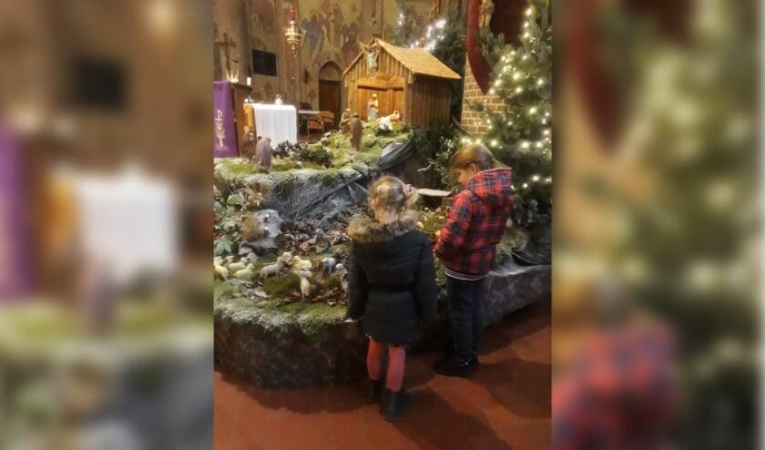 <p>Kinderen bekijken de kerststal in de kerk van Keijenborg. Foto: Ciska Gerritsen&nbsp;</p>