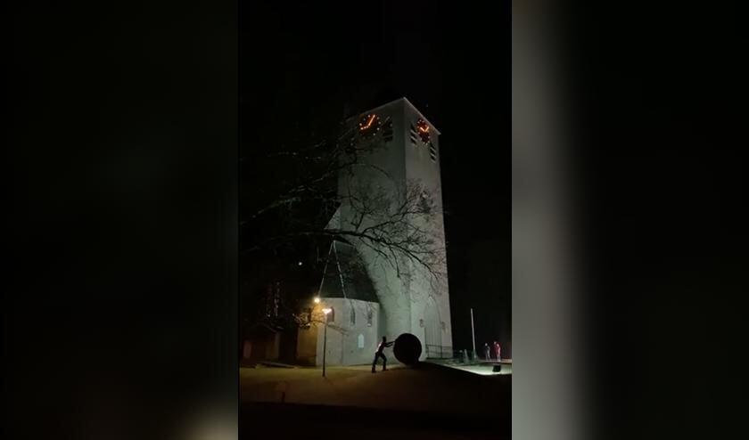De toren van de kerk in Keijenborg waar kerstliederen klonken tijdens Kerstavond. Foto: screenshot