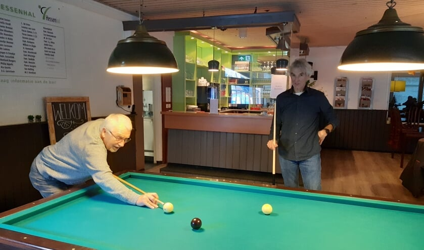 <p>Evert Jan Bloemen en Wim van Duijl proberen de biljarttafel in Sportcafé De Heerlyckheyd uit. Foto: Ceciel Bremer</p>