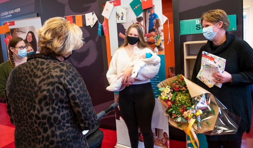 <p>Het vijftigduizendste gezin dat opvoedsteun krijgt van Home-Start, is op 2 december in de bloemen gezet en verrast met een cadeau. Foto: Home-start / Anjo de Haan</p>
