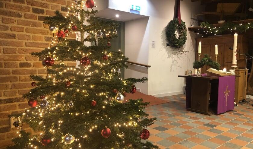 De grote zaal van 'Het Anker' was al fraai in kerstsfeer, maar de diensten worden alleen online gehouden. Foto: PKN Steenderen