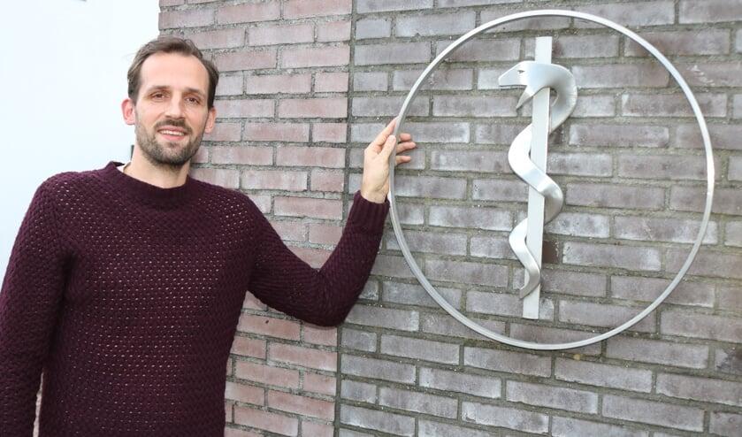 <p>Huisarts Mathijs Roije heeft er zin in. Foto: Arjen Dieperink</p>