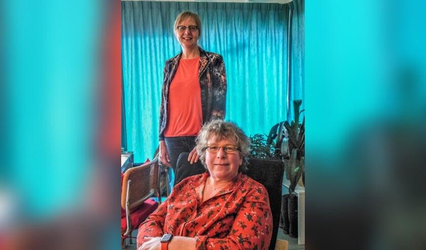 <p>Liesbeth Hilderink (staand) en Esther Feenstra onderstrepen het belang van meer inbreng door patiënten en hun naasten. Het Achterhoekse project MijnBlik helpt daarbij een handje. Foto: Eric Klop</p>