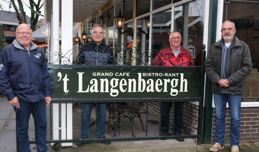 <p>De oud-bestuursleden van de Gouden Karper. V.l.nnr.: Wim Langeler, Henri Welmer, Derk Bargeman en Harry Kettelarij. Foto: Arjen Dieperink</p>