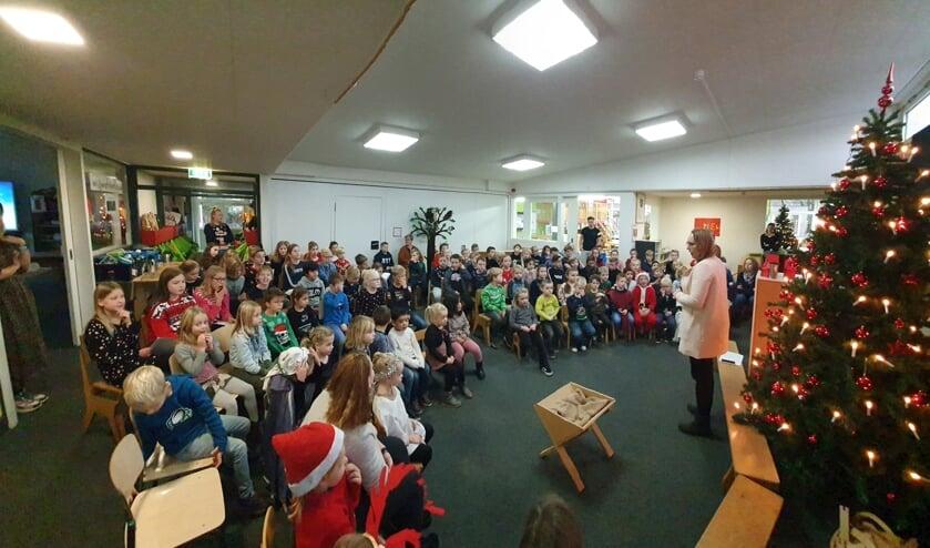 <p>Kinderen van De Rank sluiten de Kerstviering af in de hal van de school. Foto: PR</p>