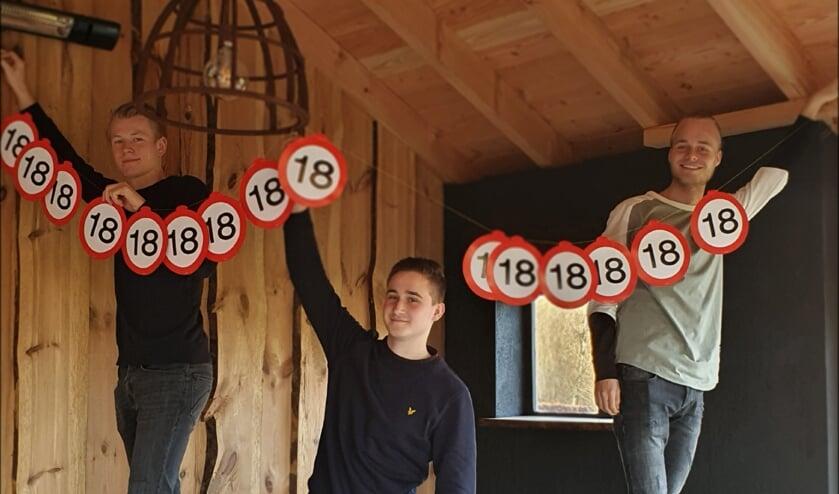 <p>Je moet zelf de slingers ophangen in het leven. Jochem Schut, Niels Niesink en Stijn Wuite proberen van hun achttiende verjaardag in coronatijd toch iets leuks te maken. Foto: Alice Rouwhorst</p>