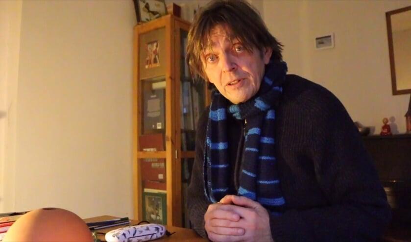 <p>Sander Grootendorst draagt het winnende verhaal voor in een YouTube-video. Foto: fragment uit video.</p>