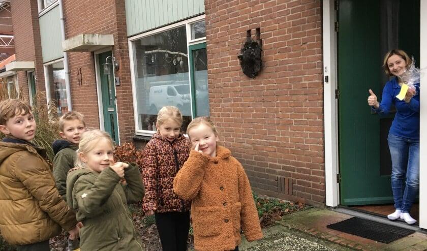 <p>Kinderen van de Piersonschol kunnen op een lach rekenen bij het brengen van hun kerstlichtje. Foto: Piersonschool</p>