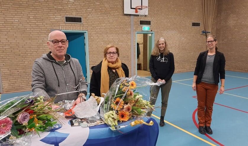 <p>Jubilaris Jos te Koppel met naast hem zijn echtgenote en Ingrid van Dijk en Anne Konings van het bestuur van Rap en Snel.&nbsp;</p>
