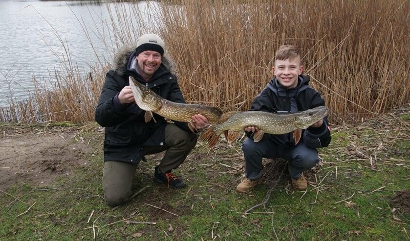 Vader en zoon met hun vangst. Foto: Frank Vinkenvleugel