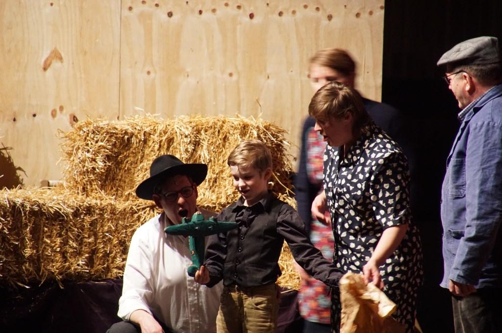 De achtjarige Jesse speelt de rol van de jonge onderduiker Joop Levy, die een houten vliegtuigje krijgt op zijn verjaardag. Foto: Frank Vinkenvleugel  © Achterhoek Nieuws b.v.