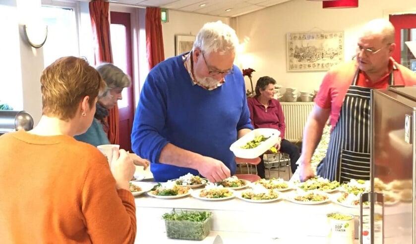 Met precisie worden de bordjes met salade klaar gemaakt. Foto: PR