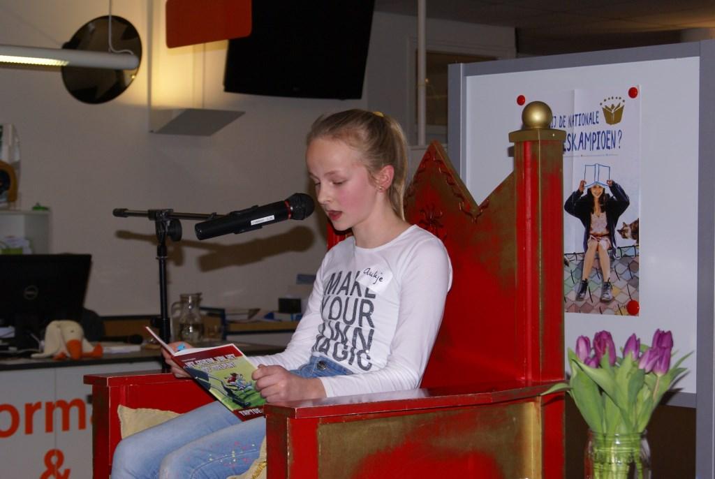 Aukje Klompenhouwer leest voor. Foto: Eva Schipper  © Achterhoek Nieuws b.v.