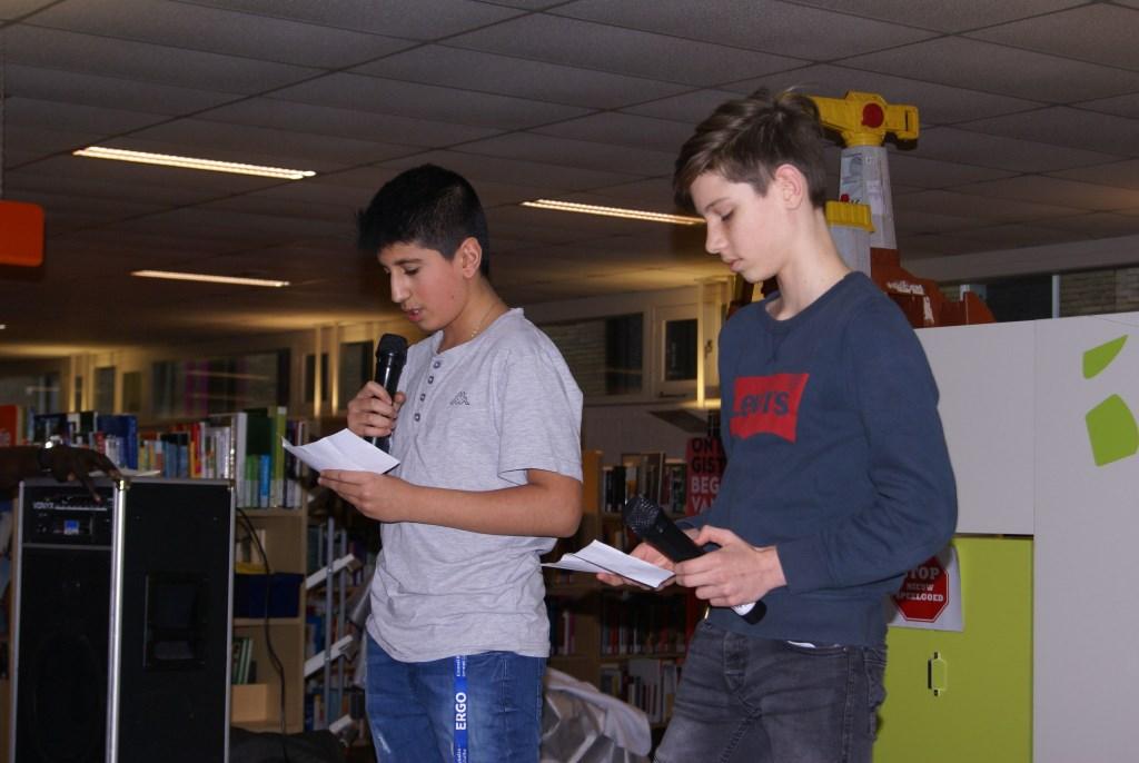 Bram en Gabriel rappen samen. Foto: Eva Schipper  © Achterhoek Nieuws b.v.