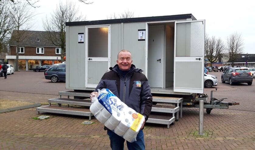Henk Jan Freriks zorgt dat de toiletten klaar voor gebruik zijn. Foto: Frank Vinkenvleugel