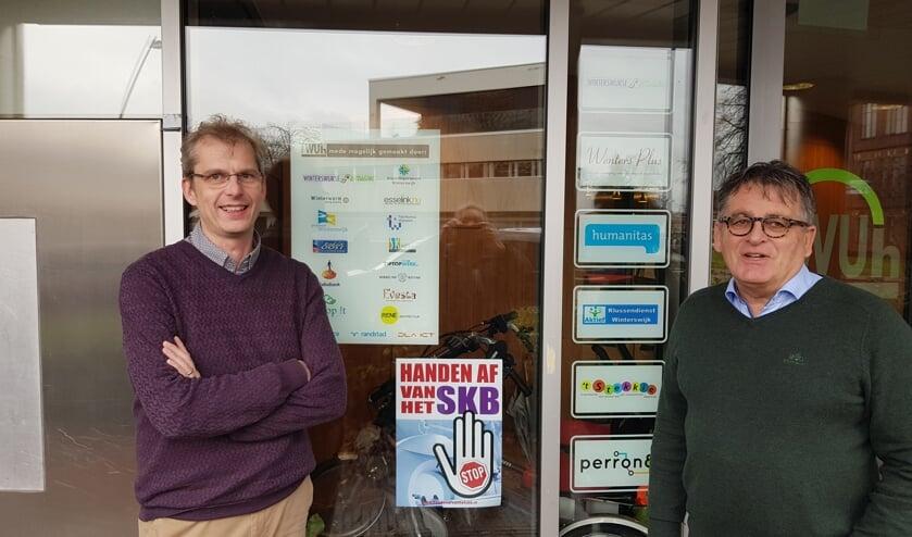 Mark van Dam (l) en Harrie Garritsen bij de voordeur van het gastvrije en laagdrempelige Wuh. Foto: Han van de Laar
