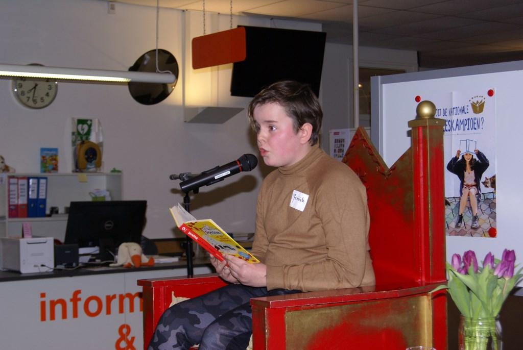 Yannick Kemkens leest voor. Foto: Eva Schipper  © Achterhoek Nieuws b.v.