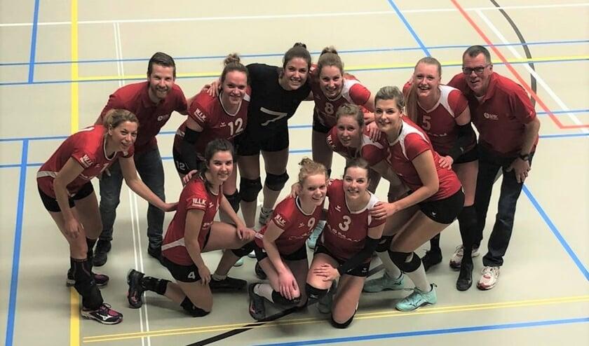 Volleybalteam WIK dames 1 met assistent trainer Jurjen Geurts en coach/trainer Anton Baars. Foto: PR