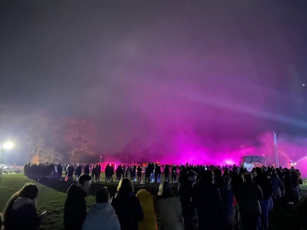 De lange rij van wachtende kaartkopers liep ook na middernacht lekker door. Foto: Luuk Rouwhorst  © Achterhoek Nieuws b.v.