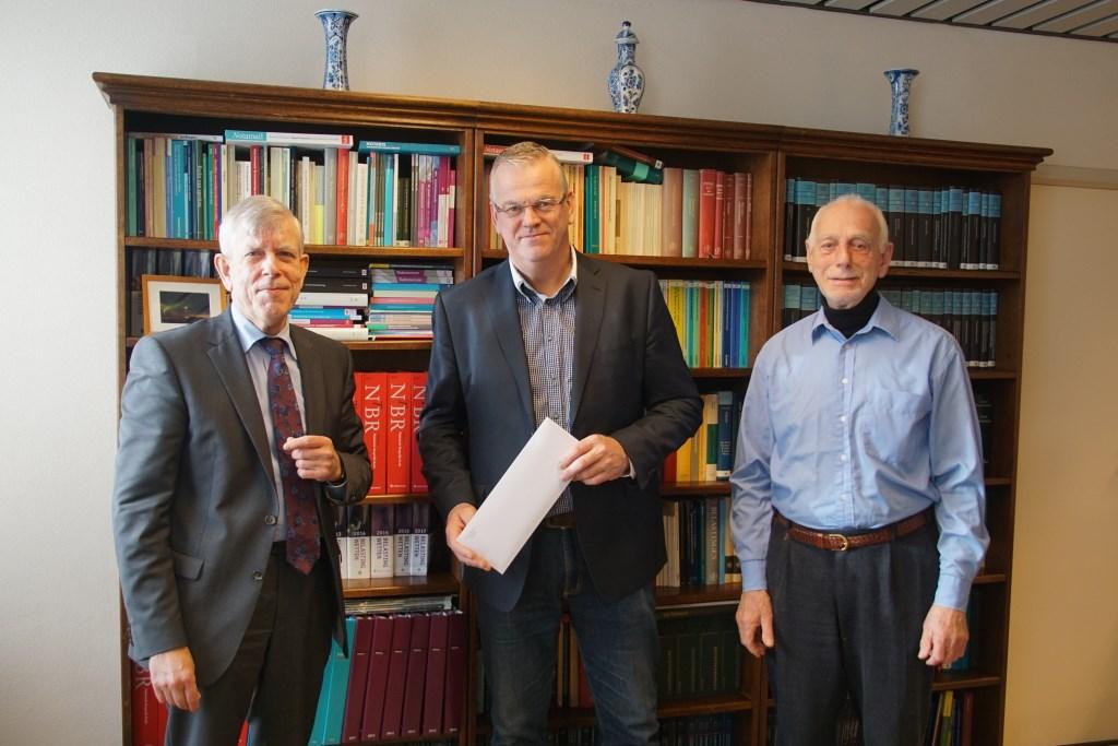 Van links af notaris Moerland, Jan Syeverink en Leo Gensen. Foto: Frank Vinkenvleugel  © Achterhoek Nieuws b.v.