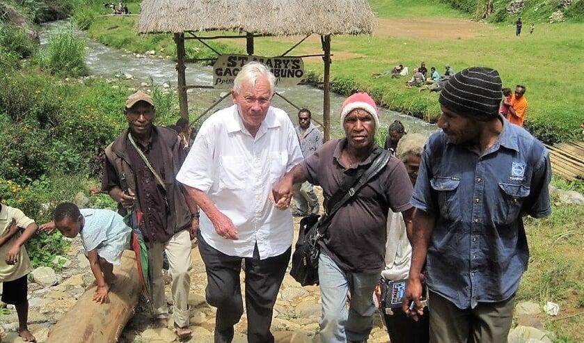 Henk te Maarssen tijdens zijn missiewerk in Papoea-Nieuw-Guinea.