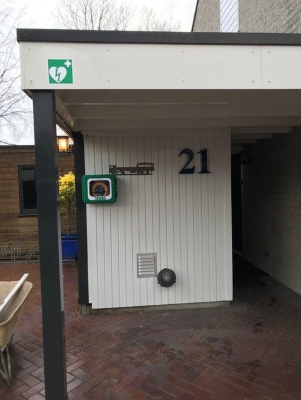 De AED aan de Mercurius 21 maakt de buurt weer een stukje veiliger.   © Achterhoek Nieuws b.v.