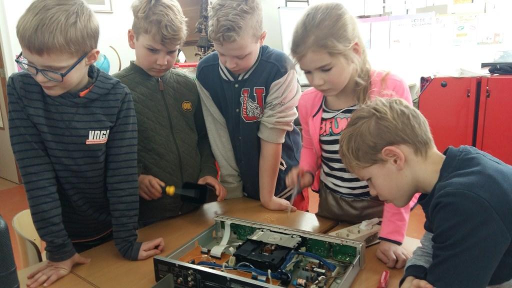 Sam, Wiecher, Niek, Tess en Pepijn bekijken een computer. Foto: Hester Tolman  © Achterhoek Nieuws b.v.