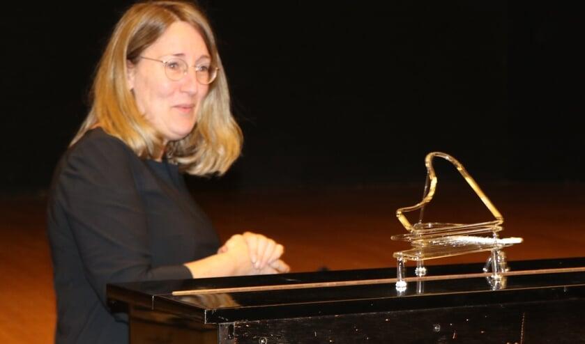 Pianiste Yvonne Beeftink krijgt glazen vleugel voor 25 jaar verbondenheid met het Zelhems Mannenkoor. Foto: PR