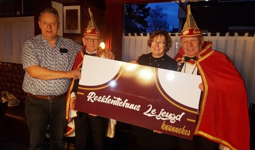 Vlnr Frans Peterman van Frielink, Tweede Jeugdadjudant Hans ten Bruin, Annelies Peterman van Frielink en Tweede Jeugdprins Jos Froeling met het nieuwe residentiebord.