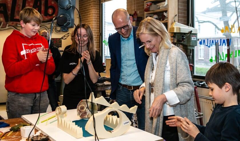 Sectordirecteur Creatieve Industrie van ROC Aventus Petjo Molenaar en burgemeester Annemieke Vermeulen werken aan hun plafondplaat met professionele ondersteuning van Walhallab-ers. Foto: Henk Derksen