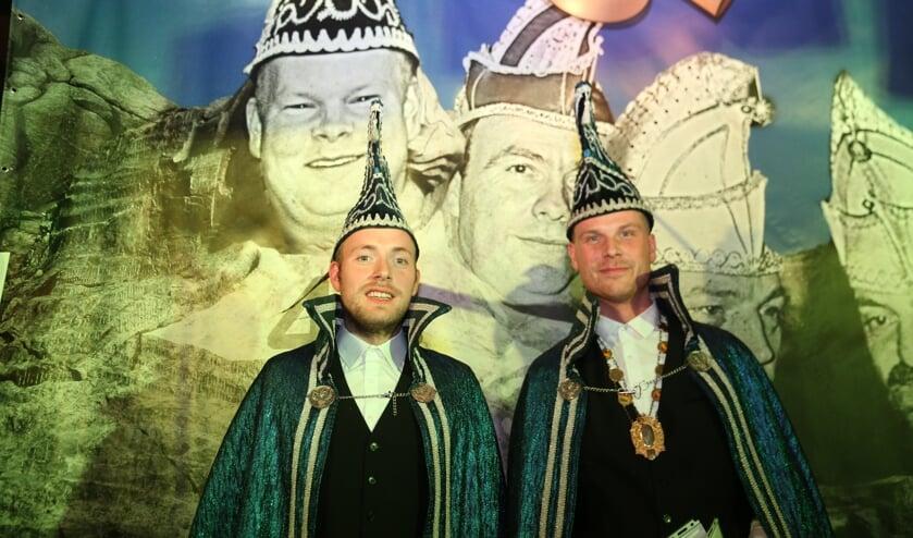 Adjudant Derk te Moller (links) en Prins Casper Minkhorst gaan zaterdag voorop in de polonaise in de Sikkenstal bij Overkamp.