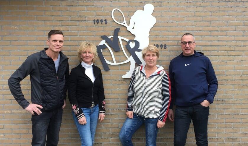De nieuwe sponsorcommissie van Tennisvereniging Ruurlo bestaat uit (v.l.n.r.) Wouter Groot Zevert, Jacqueline Wiegerinck, Petra Brinkerink en Henk Eggink. Foto: PR.