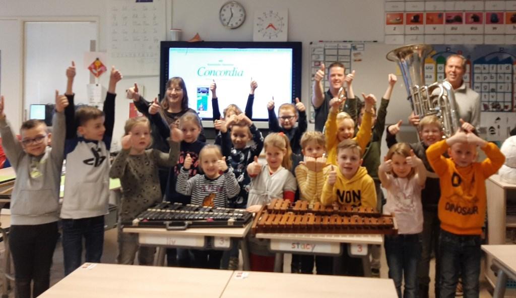 Leden Koninklijke Harmonie Concordia zijn met diverse instrumenten op bezoek geweest op O.B.S. Rozengaardsweide. Foto: I. Geurds  © Achterhoek Nieuws b.v.