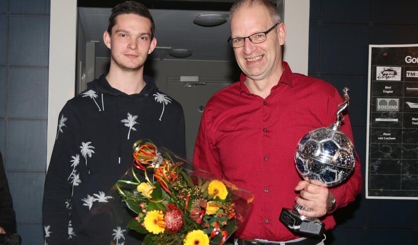 Hans Bussing met de bokaal en bloemen. Foto: Jaime Lebbink