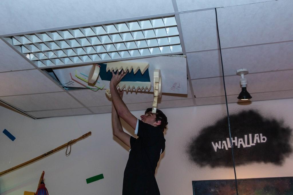 De plafondplaat wordt in het plafond gehangen. Foto: Henk Derksen  © Achterhoek Nieuws b.v.