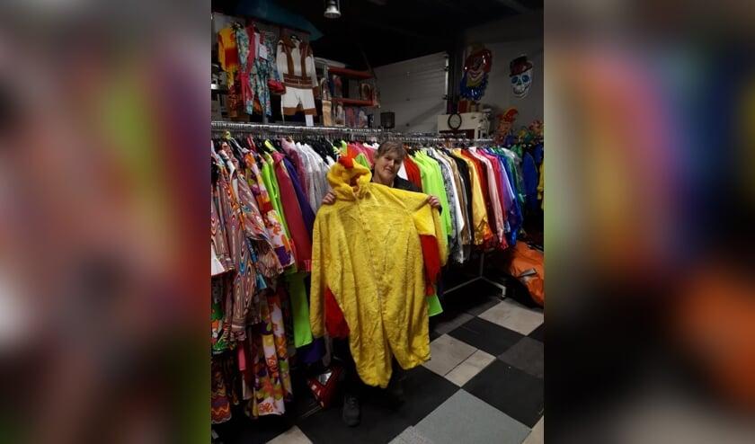 Anita Ressing met een van de carnavalspakken.