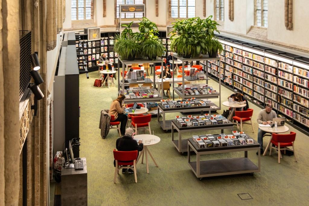 De bibliotheek biedt veel meer dan alleen de mogelijkheid om boeken te lenen een krant te lezen. Foto: Henk Derksen  © Achterhoek Nieuws b.v.