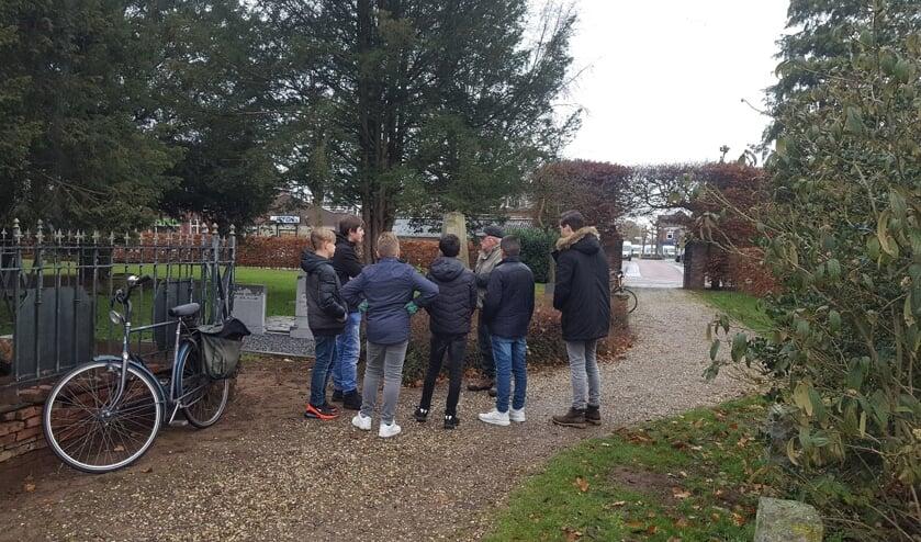 Leerlingen van Schaersvoorde op de Oude Begraafplaats. Foto: Iris Jansen
