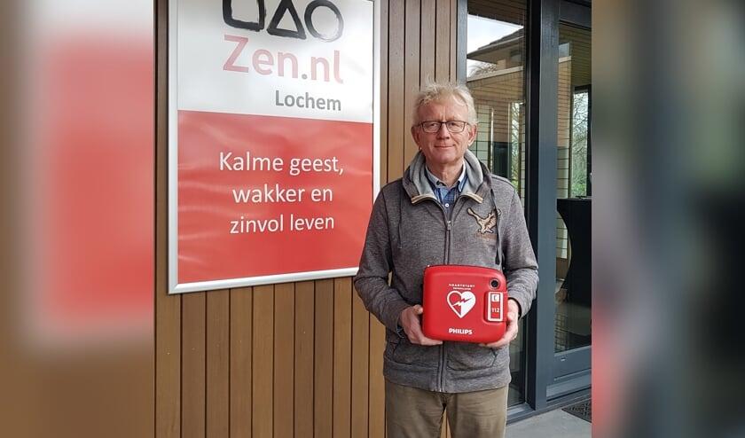 Hans van der Vleuten met de AED. Foto: PR