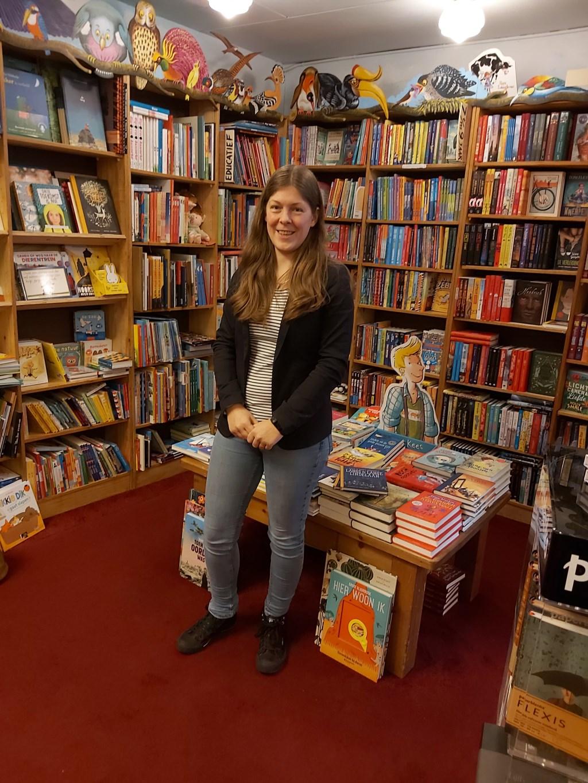 Joska in Boekhandel Lovink.  © Achterhoek Nieuws b.v.