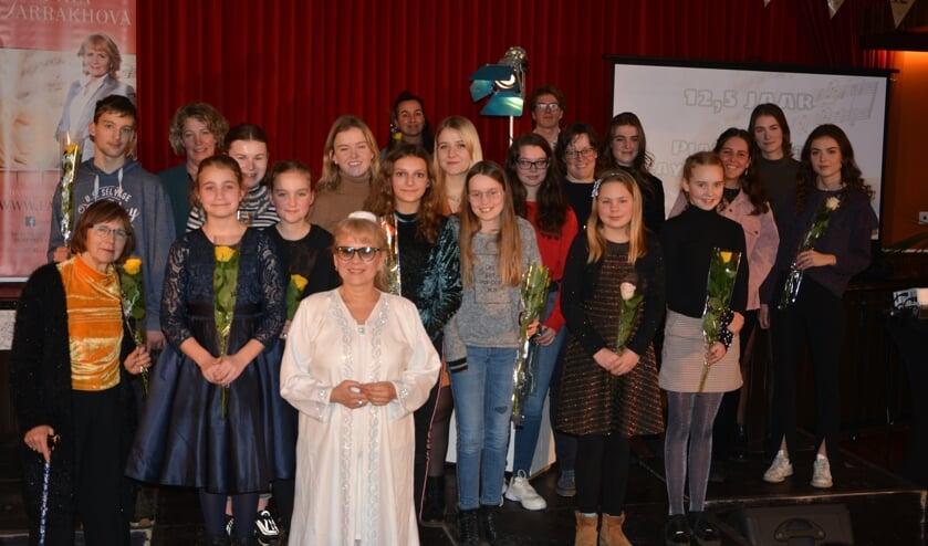(Oud)leerlingen en pianodocente Faya Farrakhova vieren jubileum met optredens. Foto: Frans Nienhuis