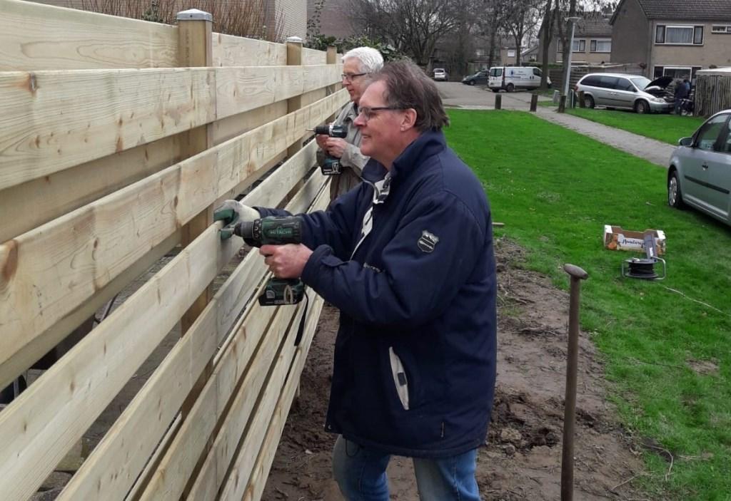 Presentvrijwilligers hebben iemand blij gemaakt met een schutting. Foto: Present Bronckhorst  © Achterhoek Nieuws b.v.