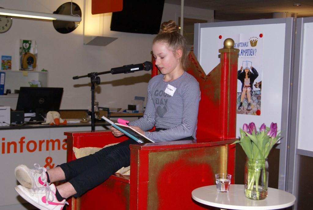 Marleen Harbers leest voor. Foto: Eva Schipper  © Achterhoek Nieuws b.v.
